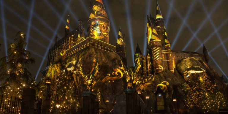 The-Nighttime-Lights-Hogwarts-Castle-Universal-Hollywood-768x384